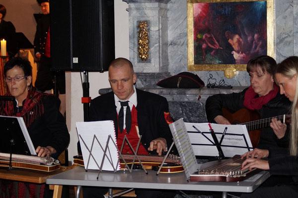 """Die Zithergruppe spielte die Stücke: """"Nabucco"""", """"Weise"""" und """"Königin voll Herrlichkeit""""."""
