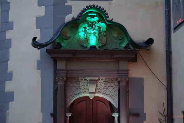 Das beleuchtete Eingangsportal.