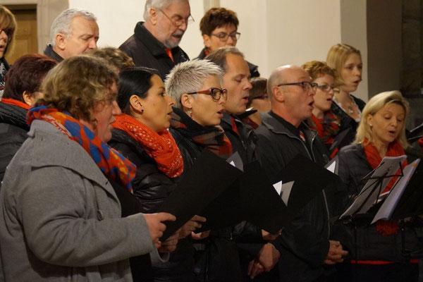 """Der Singkreis begeisterte beim Konzert mit den Stücken: """"December again"""", """"Der Stern"""", """"One small light"""" und """"Lichter leuchten hell"""""""