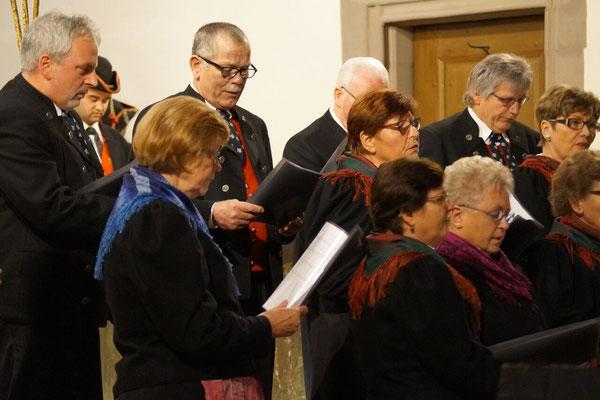 """Mit """"Oh du Anfang wahrer Freuden"""", """"Nun es nahen sich die Stunden"""", """"Glocken läuten"""" und """"Weihnachtszeit"""" trugen die Handthaler Volkssänger zum Erfolg des Konzertes bei."""