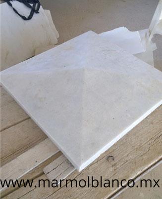 capitel en marmol blanco, marmol blanco, marmol blanco carrara, columnas de marmol blanco, escaleras de marmol blanco, balastras de marmol blanco, rodapies de marmol blanco, pasamanos de marmol blanco, trabajos en marmol blanco, molduras en marmol blanco