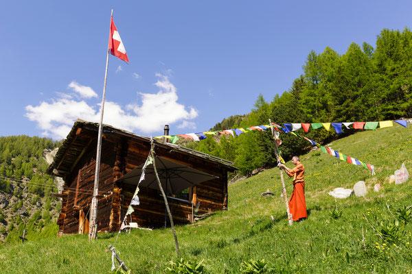 Tibetische Gebetsfahnen flicken
