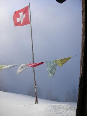 Gebetsfahen und Schweizer Fahne