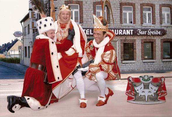 Dreigestirn 2004: Prinz Uwe I. (Bracken), Bauer Wolfgang (Franzen), Jungfrau Nelly (Arno Stärk)