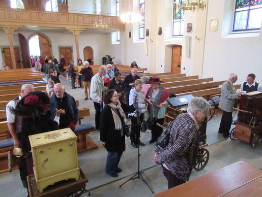 Reges Interesse an den Instrumenten nach dem Konzert.