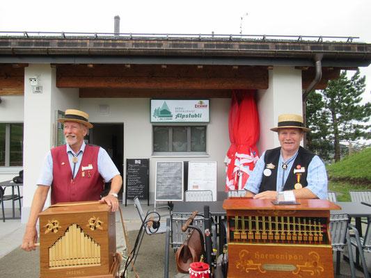 Hans und Bernhard vor Ihrem Gastgeber dem Restaurant Alpstubli