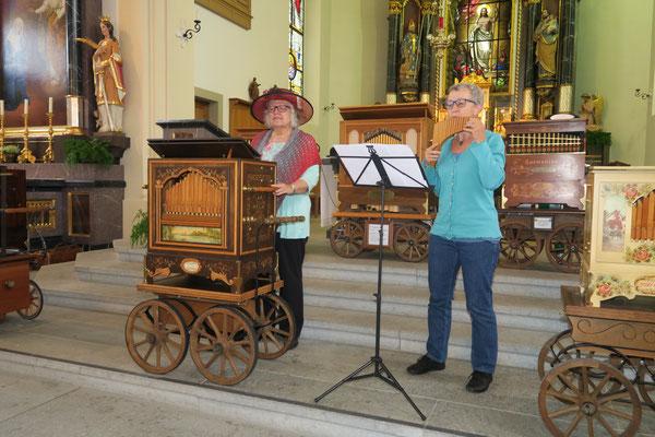 Gertrud Laube aus Muri AG und Rita Laube spielen zusammen mit einer Raffin 31er Konzertorgel und Panflöte