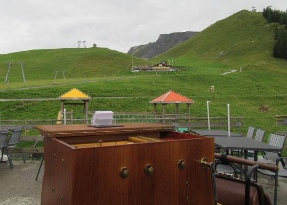 Im Hintergrund das Bergrestaurant Klewenstock