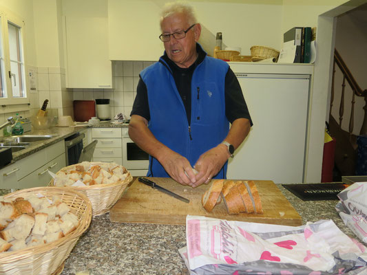 Kari beim Brot schneiden