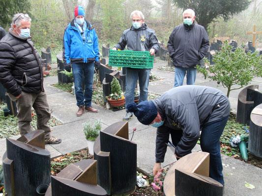 Fast vierzig Grabstätten werden alljährlich mit einem Zweig versehen.