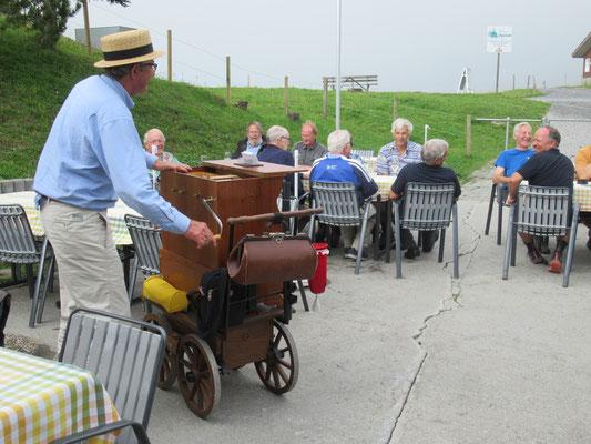 Auch Gäste fanden Spass am Drehorgel spielen.
