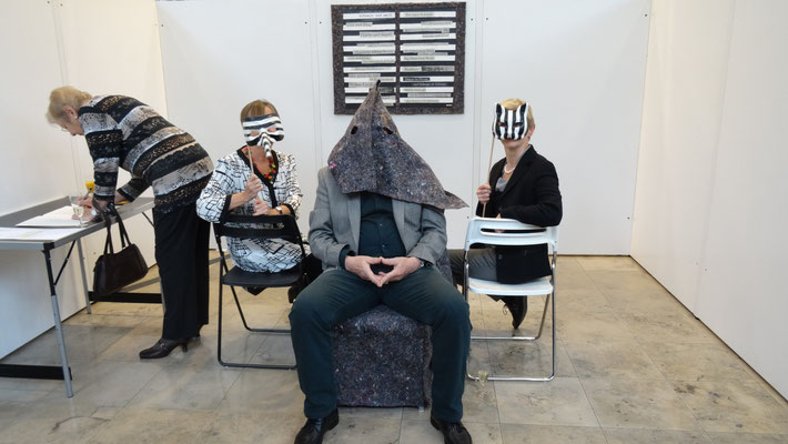 """Installation und Performance """"zwischen schwarz und weiß"""""""