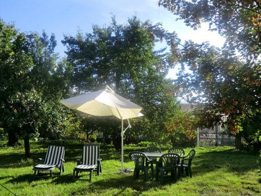Lou Filadour à Jausiers - salon de jardin pour chaque appartement avec parasol