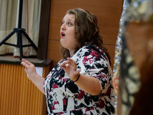 Lene Clara Strindberg improvisiert singend zum Kunstwerk von Heidemarie Ehlke, 2017