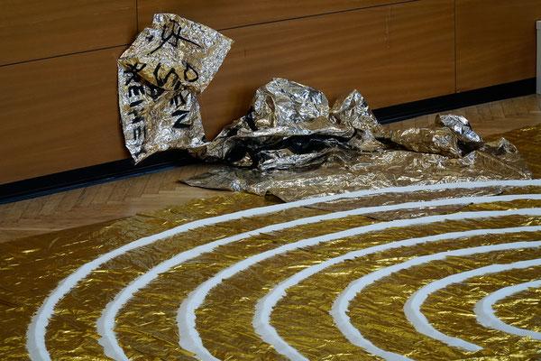 """""""Versuche zur Alchemie - Sal Merkur Sulfur"""" Wand- und Boden-Installation mit Malerei, Rettungsdecken, Klebestreifen und Salz von Heidemarie Ehlke, 2017"""
