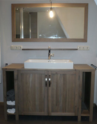 Waschtisch in Altholzoptik gebeizt, passend dazu der Spiegel, Holzart Eiche
