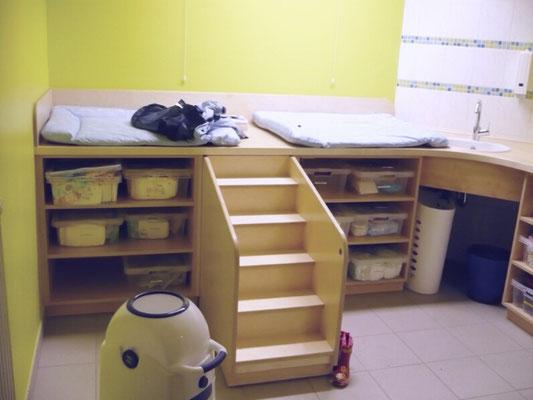 Wickeltisch mit ausziehbarer Treppe, Material Multiplex