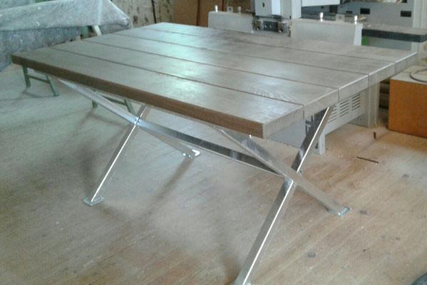 Gartentisch auf feuerverzinktem Metallgestell