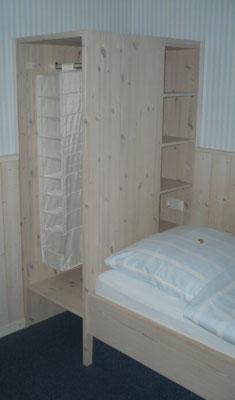 Kombination aus Schrank und Bett im Hotelbetrieb