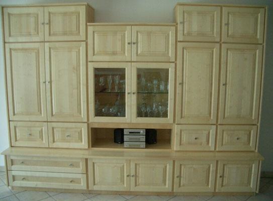 Wohnzimmerschrank, Holzart Ahorn, Oberfläche lackiert