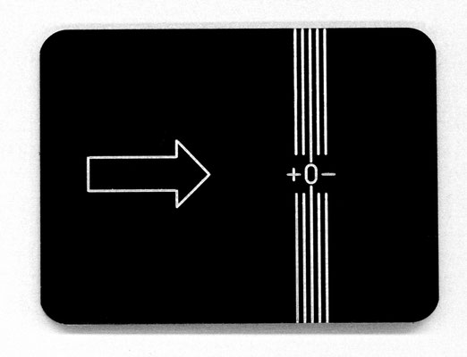 Gravur eines designierten Messpunktes in eine schwarz eloxierte Aluminiumplatte
