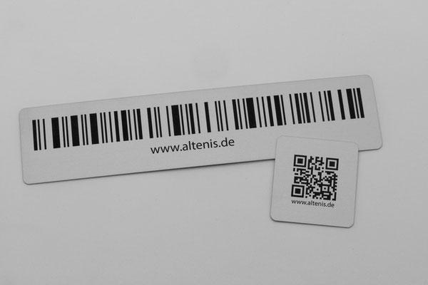 Typenschilder können z. B. mit 1D-Barcodes und QR-Codes (Matrixcodes / 2D-Barcodes) können auch fortlaufend / anhand der von Ihnen gelieferten Daten erstellt werden