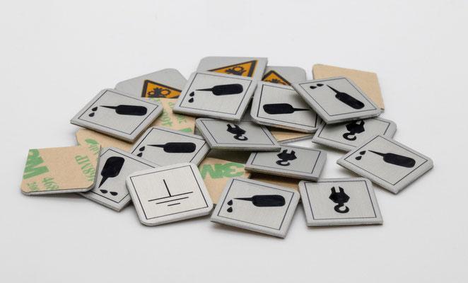 Beispiel für 10 auf 10 mm große selbstklebende Industrieschilder