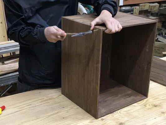 隣り合う「箱の側板」を釘で打ち付ける