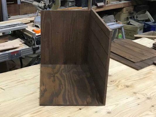 さらに「底板」と「箱の側板(小)」を組付け
