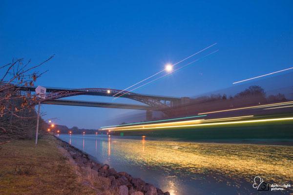 Der Nord Ostsee Kanal wird überquert von der Hochbrücke Levensau