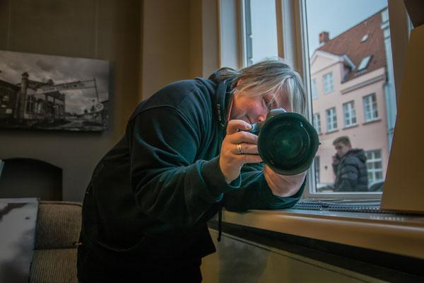 Tina Schönwald bei der Arbeit, Fotografin