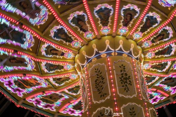 das beleuchtete Kettenkarussell auf dem Hamburger Dom