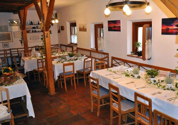 Heuriger, Hauptraum (festlich für eine Hochzeit gedeckt)