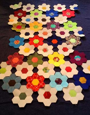 hier mit einfarbigen Blumen arrangiert.
