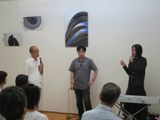 ヴィジュアルデザインしたCDについて語る井坂先生(写真中央)と金大偉 氏(写真右側)