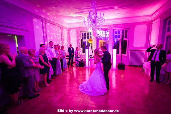 Eröffnungstanz bei einer tollen Hochzeit Bild c by www.karstenadebahr.de