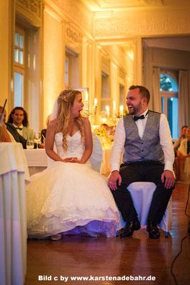 Hochzeitspaar - im Hintergrund kommt das Uplighting gut zur Geltung. Bild c by www.karstenadebahr.de