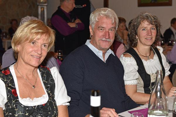 17.10.2015 / 30e anniversaire de la section / Michèle, Cipriano (président central) et Sandrine, vice-présidente de section