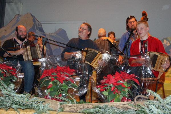 2016.12.26 / Noël folklorique Cortébert / Trio Thürler-Mosimann avec J-Pierre Staub au centre ( photo Olivier Odiet)
