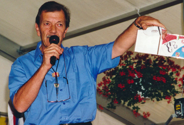 1999 Jean-Pierre  Amez-Droz président de la section NE/JU/JB présente le CD sorti pour l'occasion