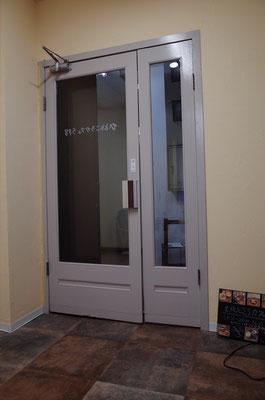 既存のドアをDIYで施主が塗装