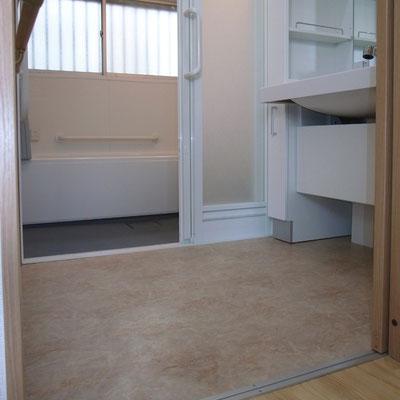 戸建リフォーム 施工後 浴室段差解消 3枚扉