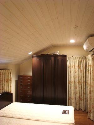 戸建 リノベーション 2階寝室天井に羽目板