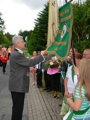 Weihe der neuen Kinderfahne duch Verbandsgeschäftsführer Gerd Brokelmann.