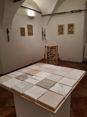 Ausstellungsraum  mit textilen Erinnerungsfetzen