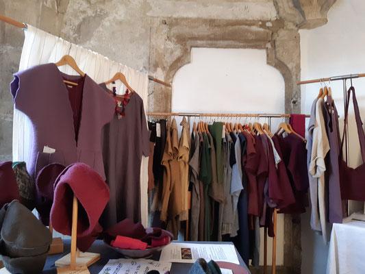 Textildesign Gerda Kohlmayr, Leinengewand und Wollwalk -Accessoires