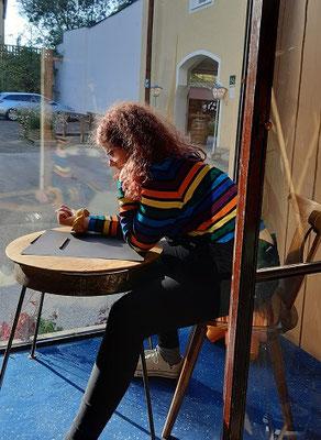 Nora Nigischer , malt gerne in der Auslage bei Tageslicht