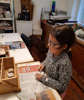 Sinziana B.beim Bearbeiten eines Specksteins
