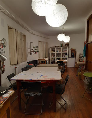 unsere 2  Räume, leider zur zeit ohne die kreative Energie der Kinder ,sind mit großen Tischen ausgestattet, Abstand- halten ist möglich !
