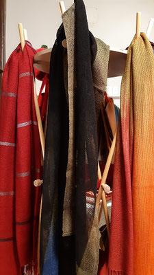 handgewebte Schals von Neda Bevk